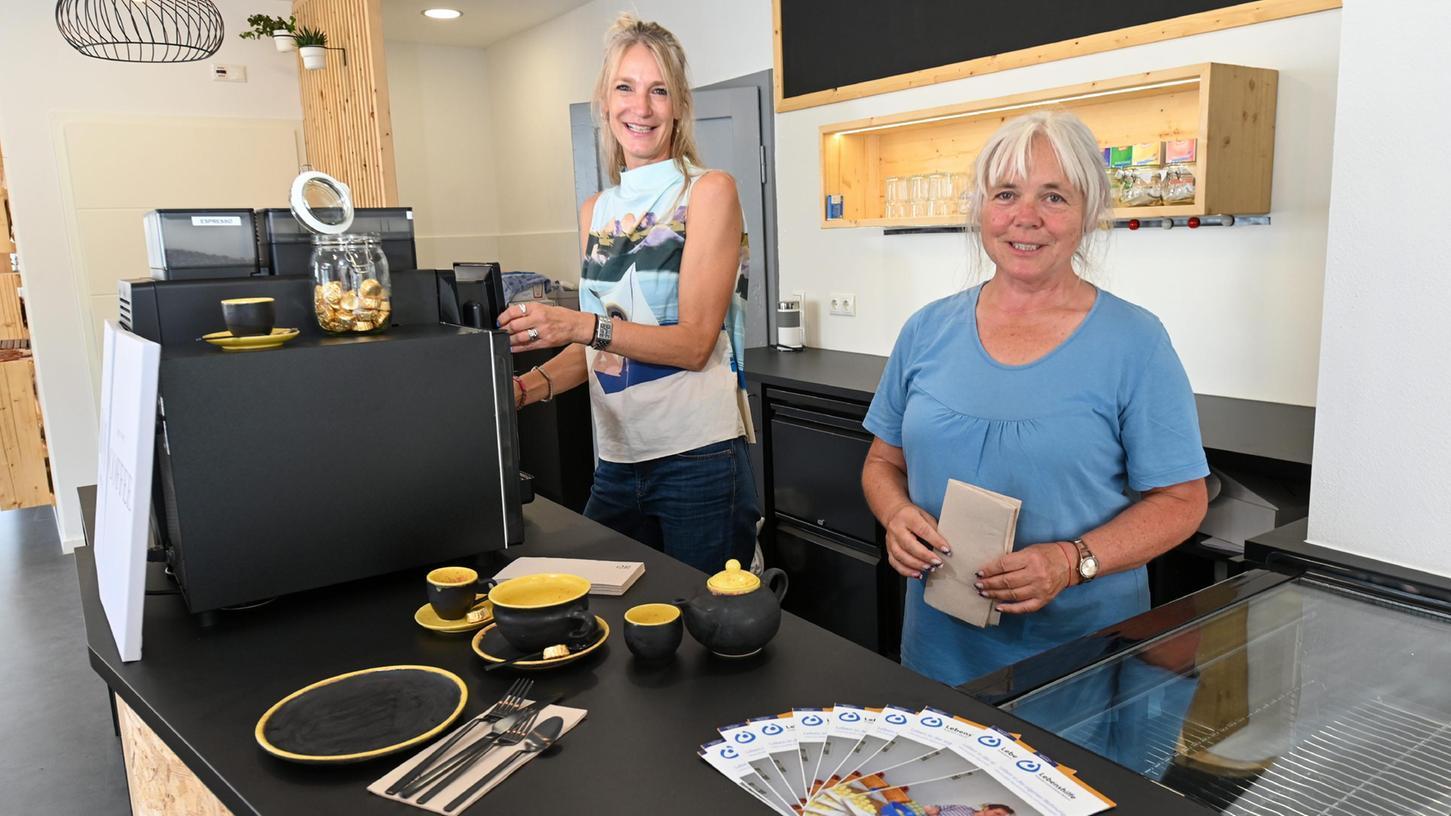 Tanja Puppich und Karin Hofmann im neuen Café