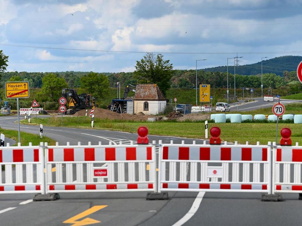 Die Bahnhofstraße in Forchheim-Kersbach war für zwei Tage ebenfalls komplett dicht. Jetzt regelt eine Ampel einen einspurigen Wechselverkehr.