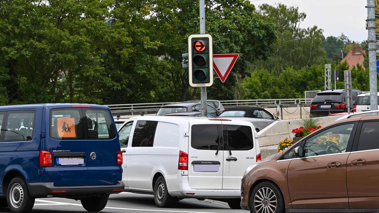 Der Verkehr in Forchheim und Umgebung ist lahmgelegt. Drei Baustellen, das klingt nach nicht viel. Sie haben es aber in sich, denn sie befinden sich ausgerechnet auf den drei Verkehrsadern in Ost-West-Richtung. Die Folge: Für Wege, die normalerweise zehn Minuten dauern, braucht man eine Stunde und auf den Hauptverkehrsstraßen ist alles dicht.