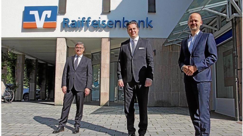 Freuen sich über daseinstimmige Votum zur Fusion der Raiffeisenbanken Altdorf-Feucht undHersbruck (v. Li.): die Vorstände Manfred Göhring, Swen Heckelund Volker Matschke (v. li.).