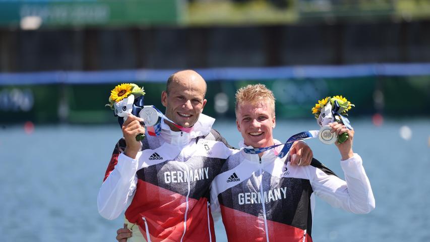 Zum ersehnten Gold reichte es nicht ganz für Max Hoff und Jacob Schopf, doch auch mit Olympia-Silber waren die beiden Weltmeister im Kajak-Zweier glücklich. Kurz nach der Zieldurchfahrt umarmten sie sich, lagen Boot an Boot mit den Siegern Jean van der Westhuyzen und Thomas Green aus Australien. 0,304 Sekunden fehlten den beiden Sportlern aus Essen und Potsdam über die 1000 Meter auf dem Sea Forest Waterway nach einem wahren Kanu-Krimi. Dritte wurden die Tschechen Josef Dostal und Radek Slouf.