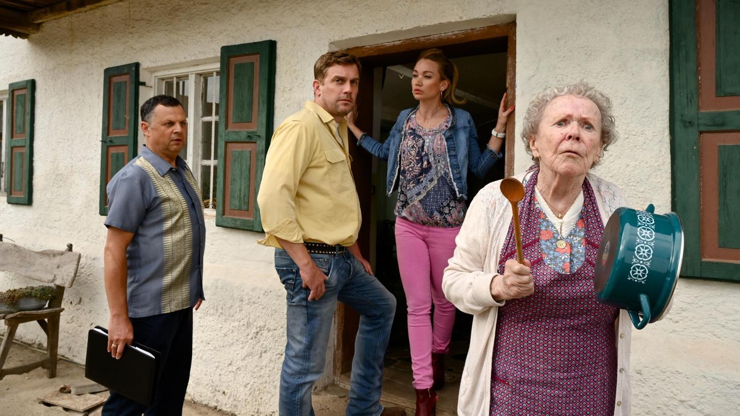 Oma Eberhofer reicht's mit den Streitereien, jetzt gibt's erstmal Brotzeit: Szene mit Enzi Fuchs, Lisa Maria Potthoff und Sebastian Bezzel (von rechts).