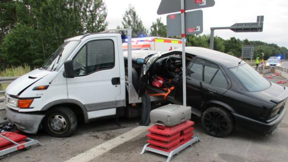 Unfall auf der A6: Autotransporter hebt ab und landet im Baustellenbereich