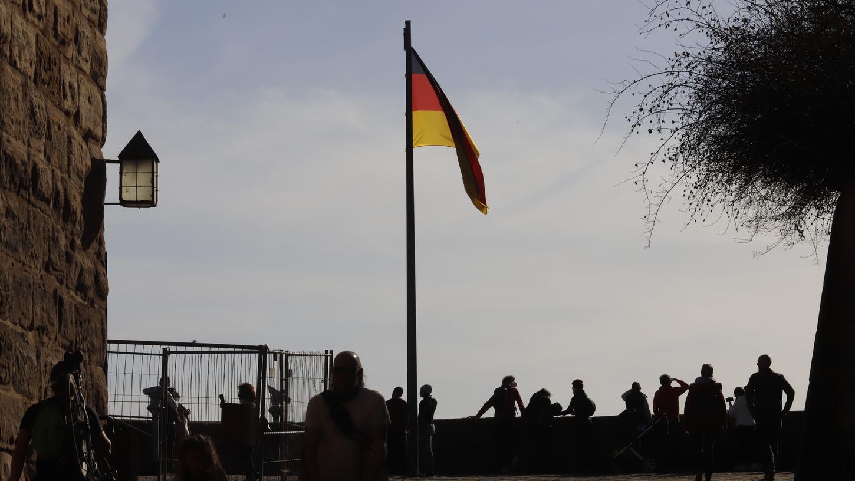 Diese große Deutschlandflagge thront normalerweise auf der Aussichtsplattform der Kaiserburg.