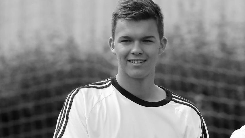 Portugiesischen Medien zufolge ist der 18-jährige Sohn des Ex-Nationalspielers Michael Ballack bei einem Unfall in Portugal ums Leben gekommen.Emilio war einer von drei Söhnen von Michael Ballack und Simone Mecky-Ballack. Louis ist 19 und Jordi 16 Jahre alt.