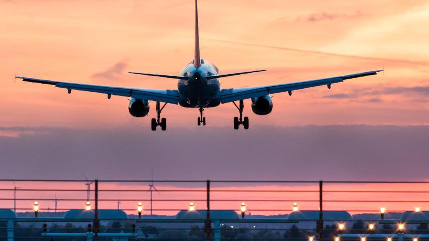 Ein Flugzeug der Fluglinie Germanwings landet am 11.04.2017 am Albrecht-Dürer-Airport Nürnberg. 2015 hatte der Co-Pilot, der unter Depressionen litt, die Germanwings Airbus A380 in den französischen Alpen absichtlich gegen einen Berg gelenkt, alle 150 Passagiere starben.