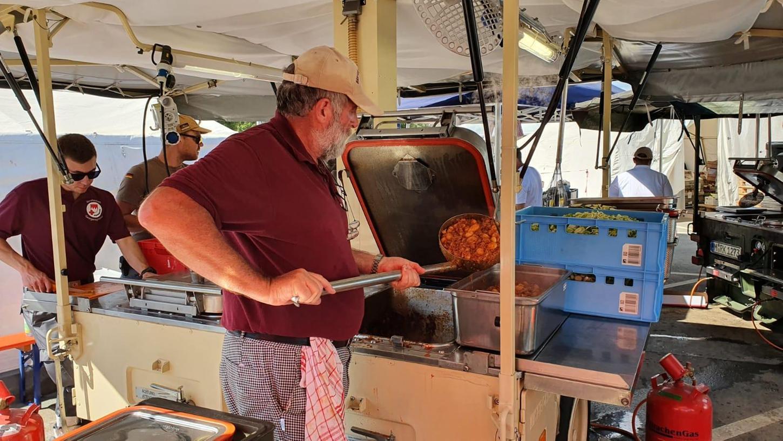 250 Liter Gulasch, Mittagessen für 3000 bis 4000 Helfer und vom Hochwasser Betroffene: Peter Naumann in der Feldküche in Bad Neuenahr-Ahrweiler.
