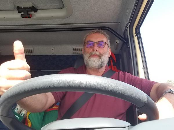 Unterwegs im Katastrophengebiet: Peter Naumann am Steuer im BRK-Konvoi.