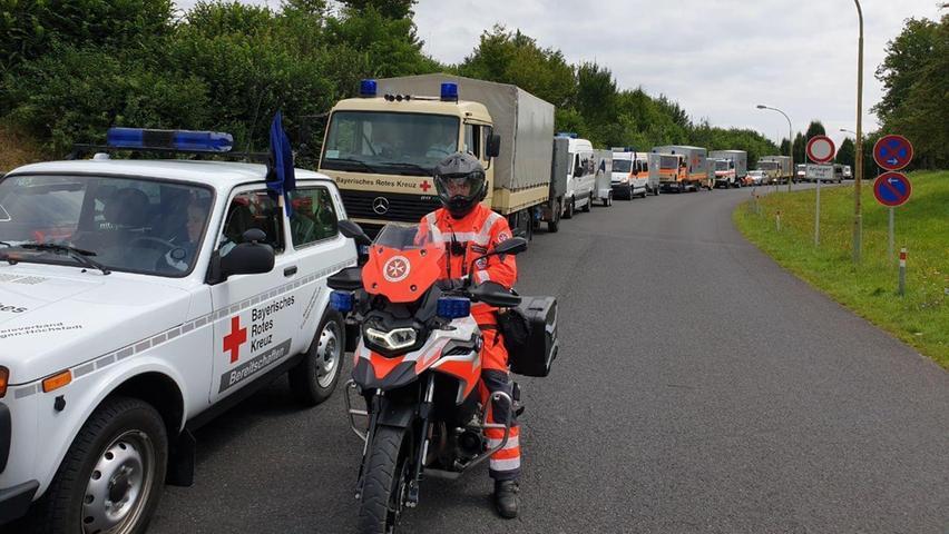 Fahrzeugschlange: In langen Reihen wand sich der Helfer-Konvoi in Richtung Katastrophengebiet.