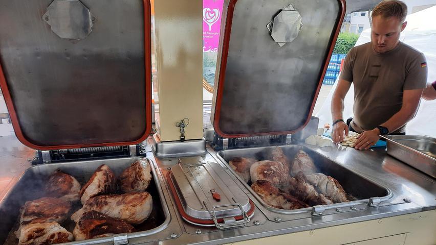 Schweinebraten für Tausende: Die Feldküchen des BRK waren im Hochwassereinsatz gut ausgelastet.