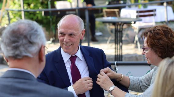 Adolf Wedel erhält das Bundesverdienstkreuz am Bande