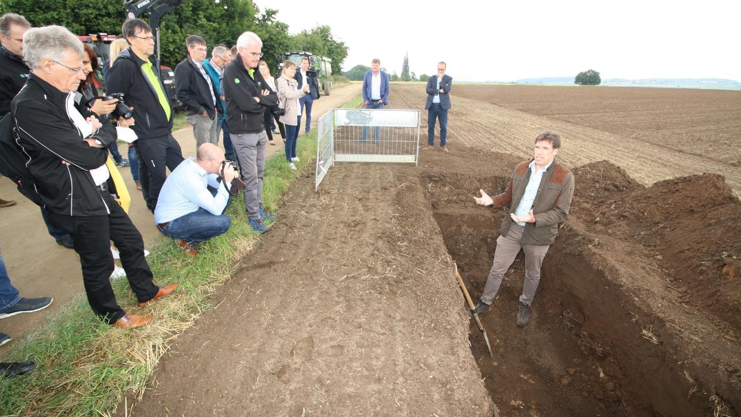 Biomasseinstitut-Chef Bernhard Bauer erläuterte den Besuchern, wie Landwirte CO2 im Boden binden können und welche Vorteile das für regionale Unternehmen haben kann.