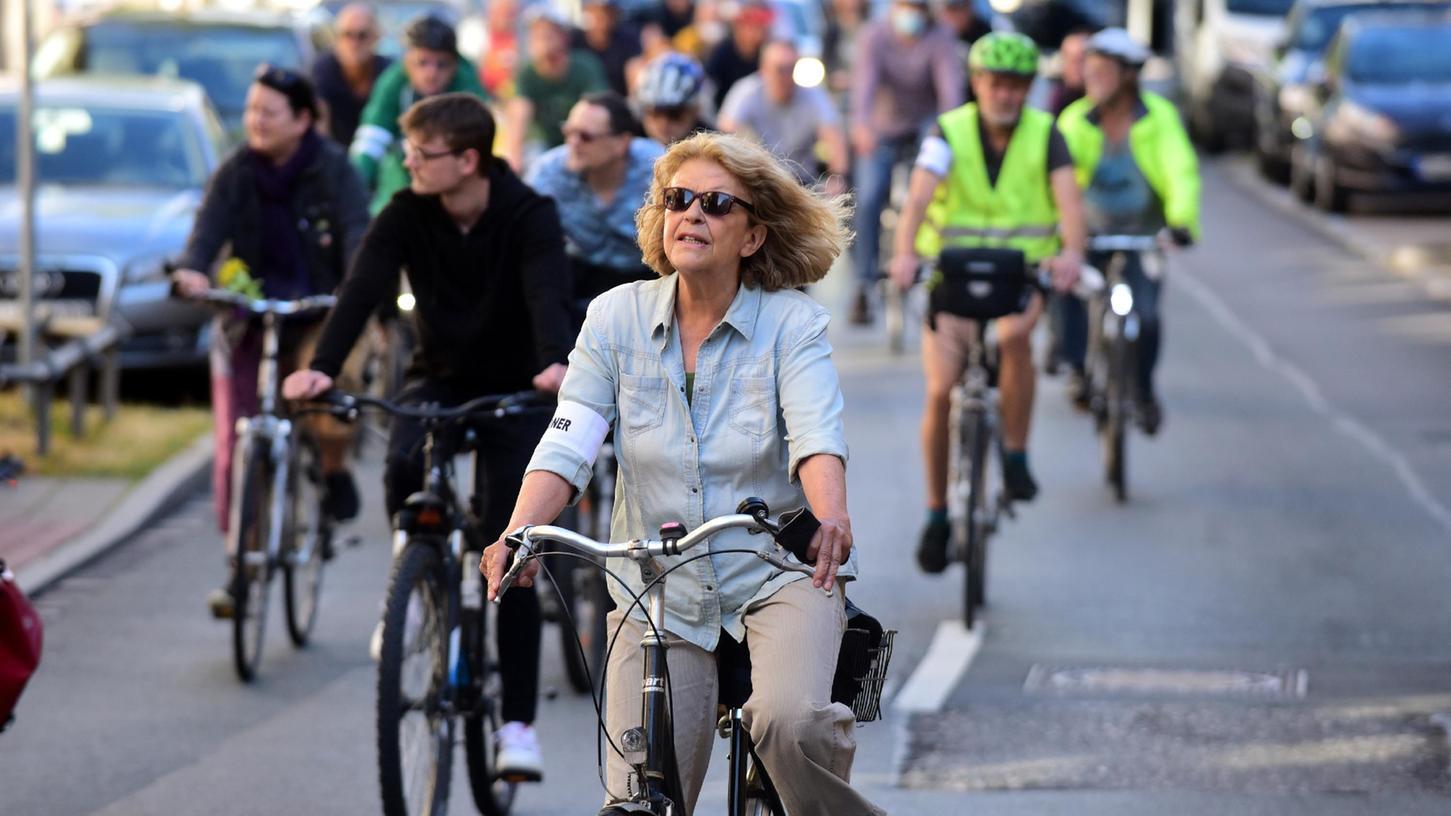 """Unterwegs auf dem """"inneren Fürther Fahrradring"""", hier in der Nürnberger Straße, setzen sich die Demo-Teilnehmer für die Förderung des Radverkehrs ein."""