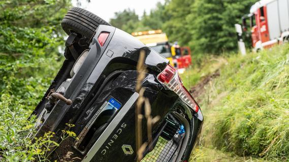 Auto prallt in Gegenverkehr und überschlägt sich: Schwerer Verkehrsunfall bei Allersberg