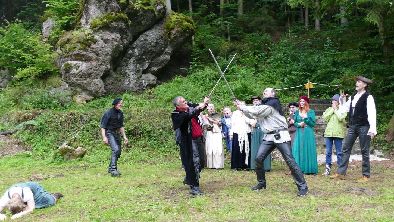 Szenenweise Proben: Gut 20 Darsteller haben sich in der Schüttersmühle getroffen. Es lag allen offensichtlich am Herzen, wieder zu spielen – auch hartnäckiger Dauerregen konnte sie nicht stoppen.
