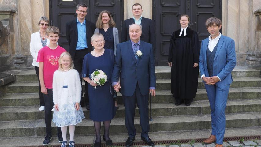 Heidemarie und Reinhard Hartung (Mi.) haben am Samstag goldene Hochzeit gefeiert. Zum Jubiläum gratulierte Bürgermeister Wolfgang Nierhoff (re.) vor der Bartholomäuskirche nach dem privaten Gottesdienst für das Jubelpaar mit Pfarrerin Sabine Winkler (2.v.re.) und der musikalischen Begleitung vom Kantor in Ruhestand, Roland Weiß, und einem kleinen Ensemble der Kantorei. Die Eheleute – beide 73 Jahre alt – haben sich am 1. Tag des pädagogischen Studiums in Bayreuth kennengelernt und 1971 geheiratet. Beide arbeiteten als Lehrer: Sie in der Grundschule Pegnitz und er unter anderem an der Hauptschule. Später war Reinhard Hartung Schulleiter in Kirchenbirkig und Pottenstein. Die gebürtige Pegnitzerin und ihr aus dem Fichtelgebirge stammender, in Kulmbach aufgewachsener Mann zogen 1975 nach Pegnitz. Zur Familie zählen ein Sohn, eine Tochter sowie zwei Enkelinnen.