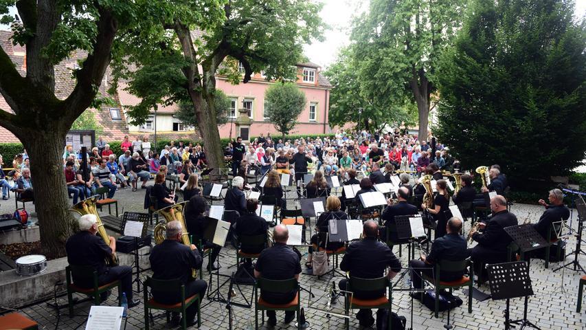 FOTO: Hans-Joachim Winckler DATUM: 08.08.2021  MOTIV: Benefizkonzert auf dem Kirchhof von St. Rochus Zirndorf- hier mit der Bläserphilharmonie Nürnberg