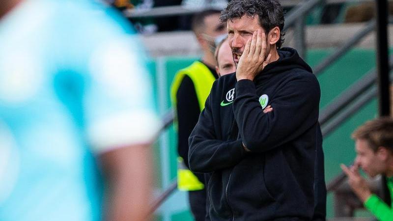 Zum Einstand ein Wechselfehler: Wolfsburgs Trainer Mark van Bommel.