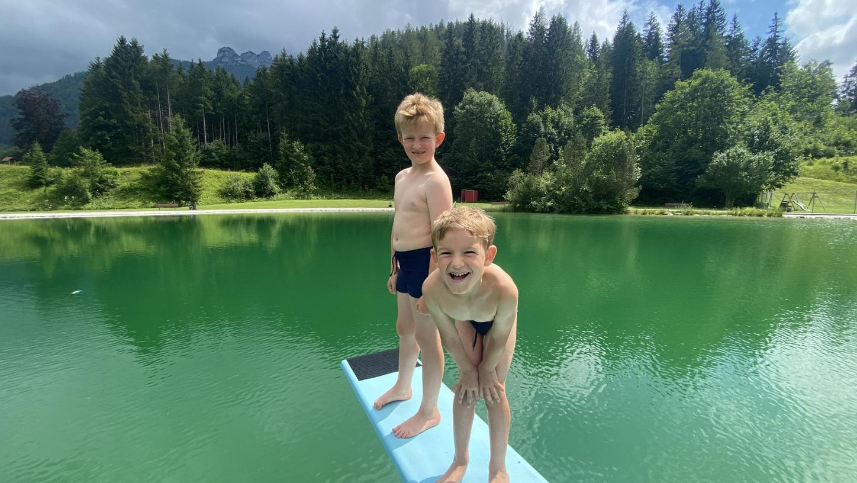 Hier kann man in den Bergen auch prima im Wasser planschen- etwa Badesee in Waidring.
