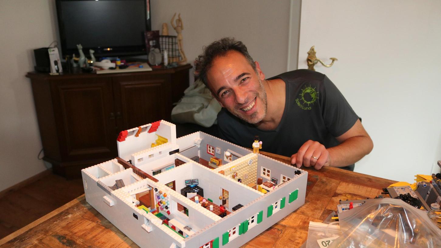 Giuseppe Papapietro mit dem Lego-Modell des ersten Obergeschosses seines Wohnhauses.