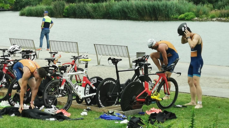 Die Triathlon-Asse aus Neumarkt zeigten beim Landesliga-Wettkampf in Kitzingen eine geschlossene Leistung, wechselten nach dem Schwimmen fast zeitgleich aufs Rad.