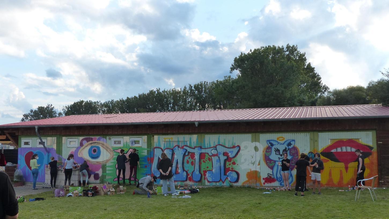 Am Vereinsheim des Burschenvereins in Neunkirchen durften sich Jugendliche kreativ mit Graffitiaustoben.