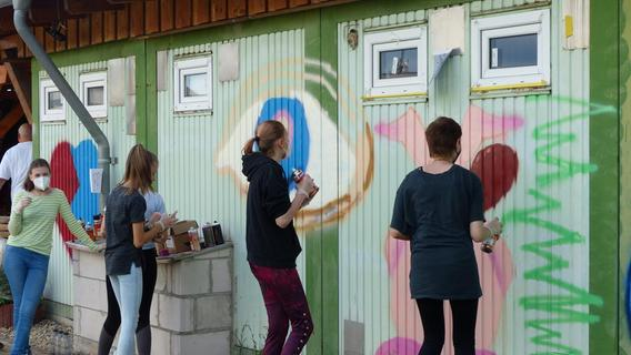Die Jugendlichen befassten sich mit der Entstehungsgeschichte von Graffitis und setzten dann ganz unterschiedliche Motive um.