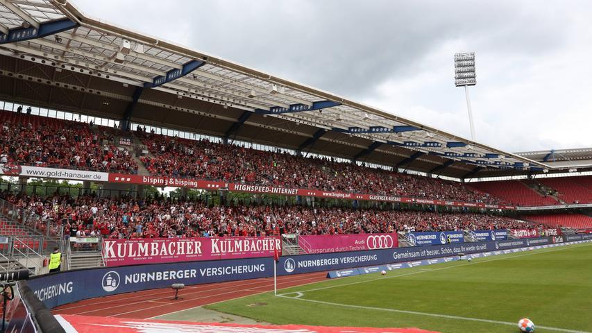 Weiterhin kommt es zu Beschränkungen im deutschen Profi-Fußball. Demnach dürfen Stadien weiterhin nurzu maximal 50 Prozent der Gesamtkapazität gefüllt werden, wobei eine Zuschauerobergrenze von 25.000 besteht.