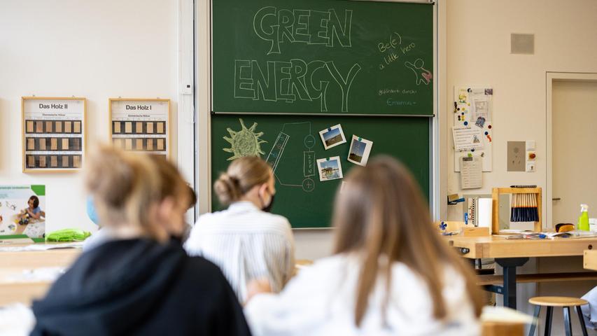 Wie Bayerns Ministerpräsident Markus Söder mitteilte, wünschen sich alle Minister für die Zeit nach den FerienPräsenzunterricht an deutschen Schulen. Hierzu soll mehr getestetund Hygienekonzepte fortgeführt werden.