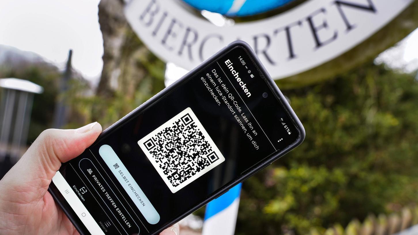 Über die Luca-App auf dem Smartphone können sich Besucher von Gaststätten oder Kulturveranstaltungen per QR-Code an- und abmelden. Ihre Adressdaten werden zunächst verschlüsselt hinterlegt.