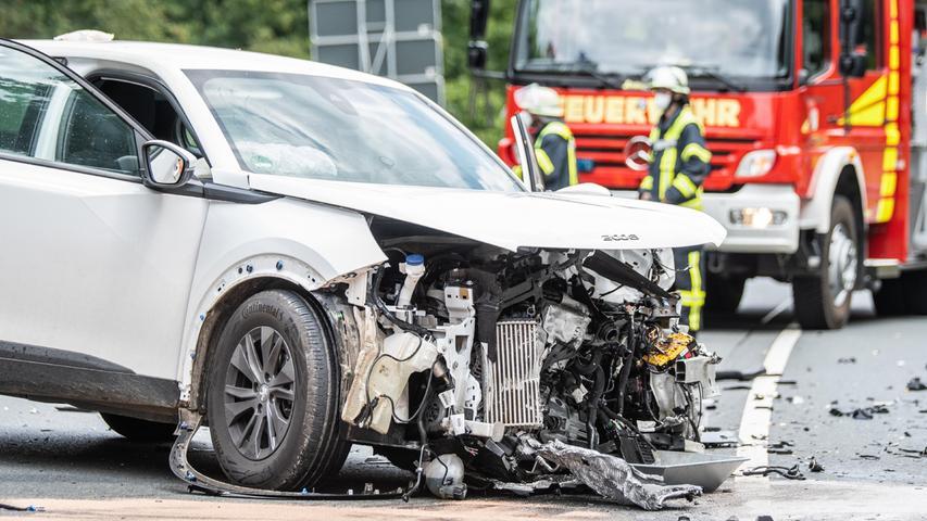B14 gesperrt: Drei Verletzte nach heftiger Frontalkollision im Nürnberger Land