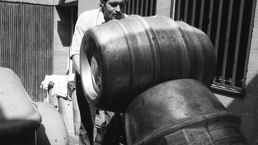 Das Bierfahrerleben ist ein bierseliges Dasein, meint der Volksglaube. An den jetzigen heißen Tagen werden die Männer in den Bierautos oft beneidet, weil sie mitten im Überfluß sitzen dürfen. Hier geht es zum Kalenderblatt vom16. August 1971: Nach zwölf Stunden harter Arbeit kam der Muskelkater.