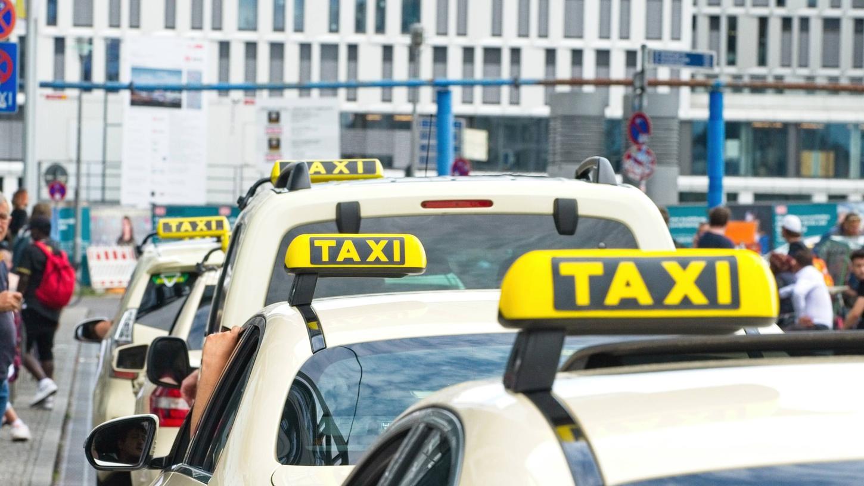 Taxis warten vor einem Bahnhof. In Erlangen wurde ein Taxifahrer ausgeraubt. Der Täter sitzt bereits in Untersuchungshaft.