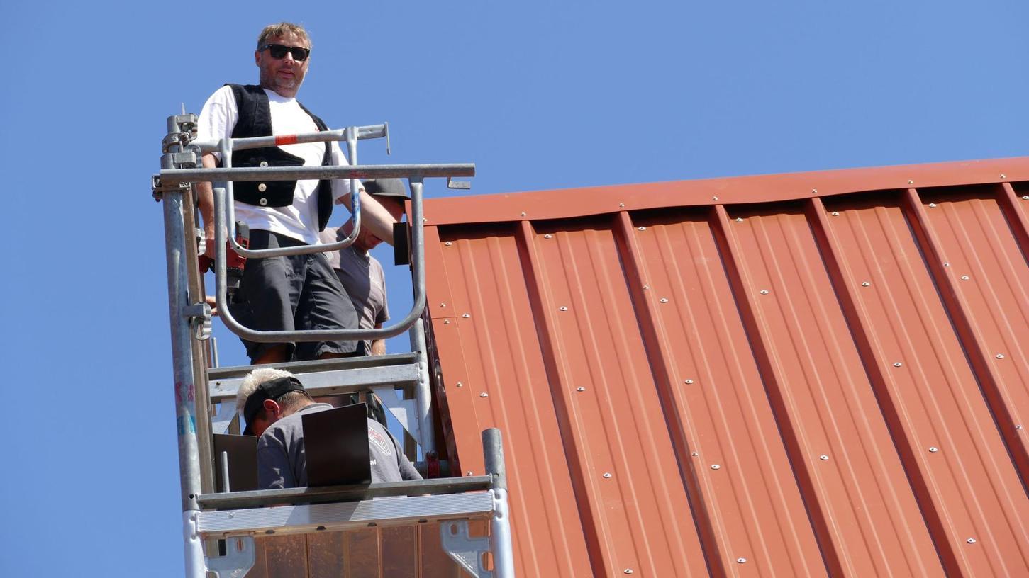 Je höher, desto schöner, sagen die Mitarbeiter von Zimmerer Anton Hengel, der hier an einem Dachfirst arbeitet.