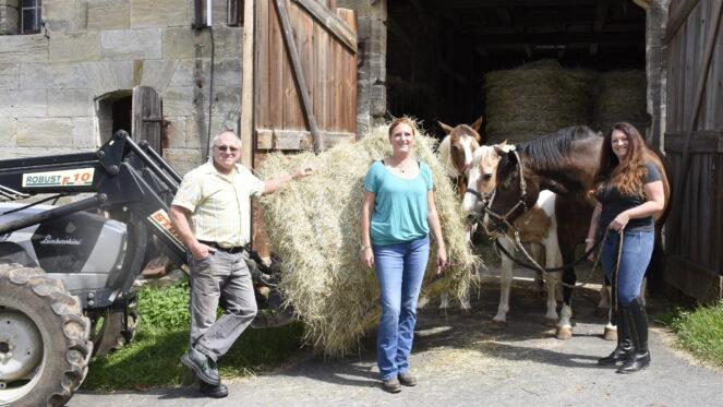 Erich Vogel, Katharina Timmig und Loreen Wolf sind die Organisatoren der Heu-Spendenaktion für die Flutopfer. Für den Vogelhof in Höflas fiel die Ernte in diesem Jahr gut aus.