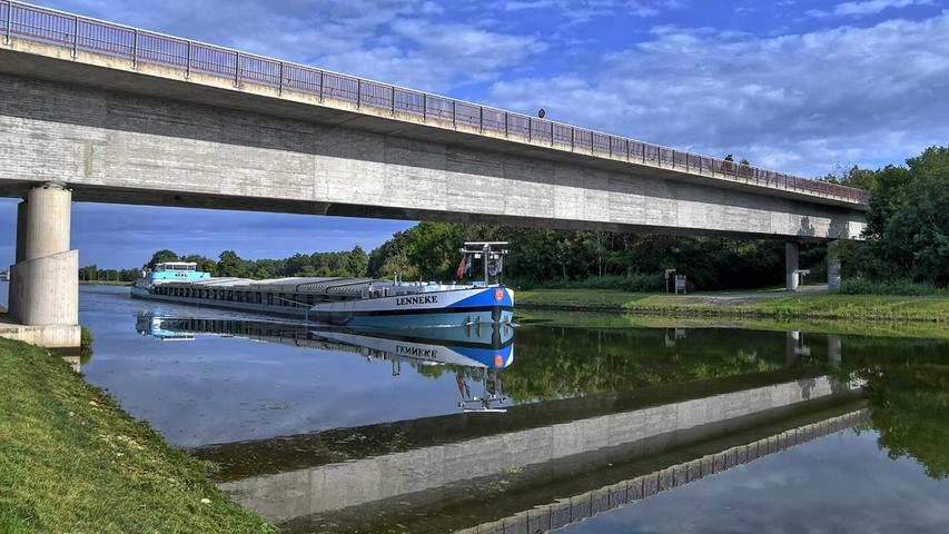 Doppelte Brücke unddoppeltes Schiff auf dem Main-Donau-Kanal bei Hilpoltstein.