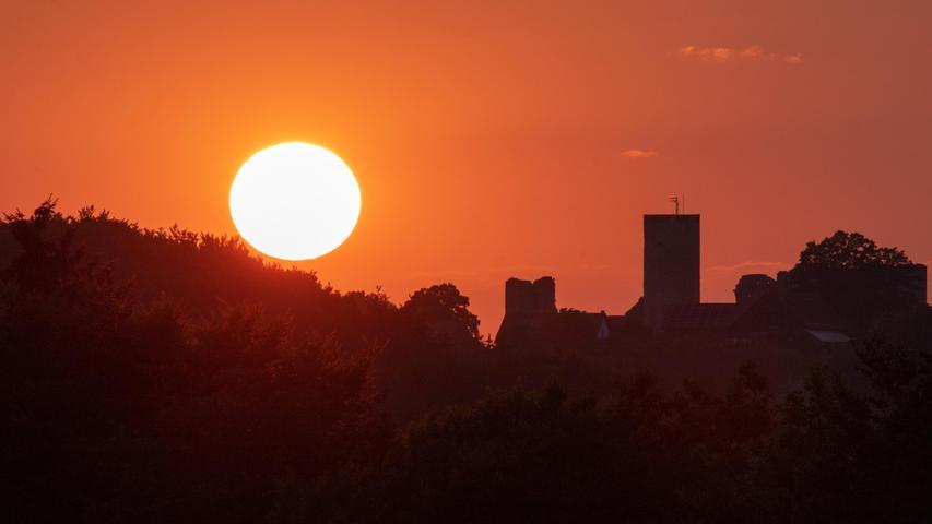 Sonnenuntergang über der Burg Wolfstein bei Neumarkt.