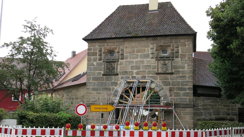 Mindestens noch bis Mitte September ist das Forchheimer Tor in Neunkirchen wegen der Renovierung gesperrt.
