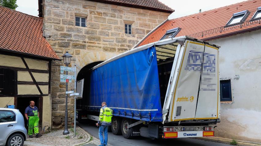 Festgefahren: Für den Sattelzug ging es Anfang Juli weder vor noch zurück. Das Forchheimer Tor muss nun aufwendig erneuert werden.
