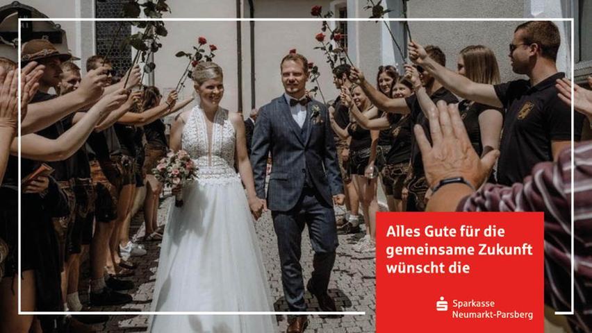 """In der Berger St. Vitus-Kirche haben Kathrin (geborene Hollweck) und Tobias Becher geheiratet. Auf die Küchenmeisterin im Hotel """"Lindenhof"""" und ihrem Gatten – dieser ist Speditionskaufmann – warteten nicht nur weiß-blauer Himmel, sondern ebenso zahlreiche Gratulanten. Mit dabei auch die Kirwa-Boum und -Moila aus Berg, die Kirwa-Boum aus dem Frankenland, ebenso die Fußballer und Fußballerinnen des DJK-SV Berg sowie die Kicker des SC Eckenhaid. Natürlich nicht vergessen wurden die Jungvermählten von Arbeitskollegen und Kolleginnen aus dem """"Lindenhof"""". Die Feier fand im benachbarten Nürnberger Land, im Hotel """"Distlerhof"""" in Diepersdorf, statt."""