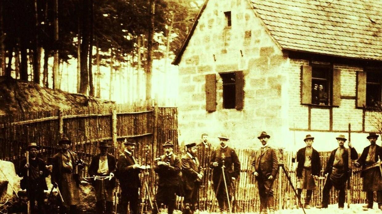 Um 1900 entstand dieses Bild mit Waldarbeitern und dem Förster vor dem damaligen Wirtshaus in der Ohrwaschel bei Kalchreuth.