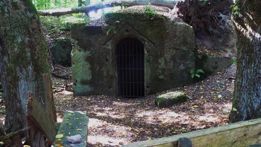 Das Tor des Eingangs zum einstigen Felsenkeller kann heute noch geöffnet werden. Auf Treppen lässt sich in den Keller hinabsteigen.