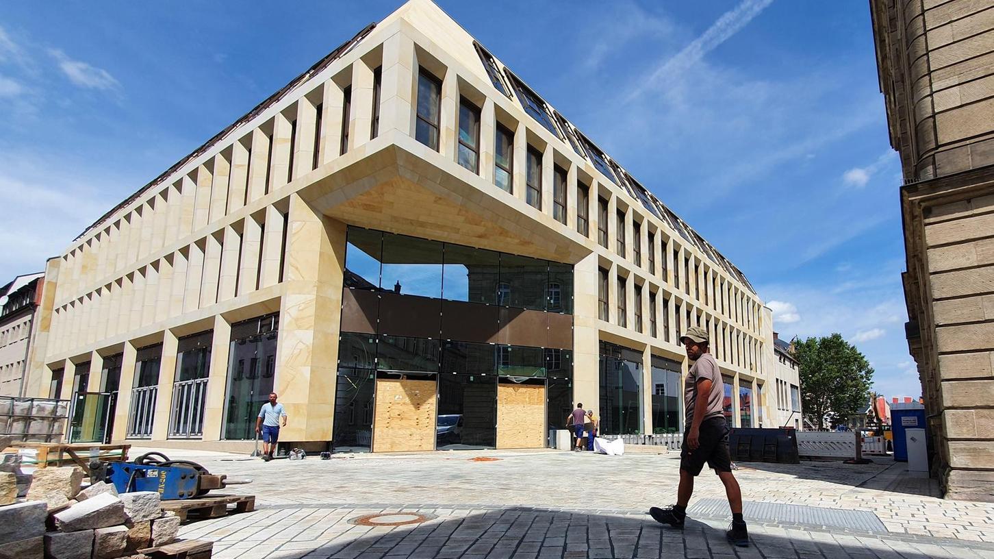 Auf Eröffnungskurs: Der neu errichtete Zugang zum Einkaufszentrum an der Hallstraße ist ebenso nahezu fertig wie das Pflaster davor für die Verlängerung der Fußgänger- zone bis hinunter zum Stadttheater.