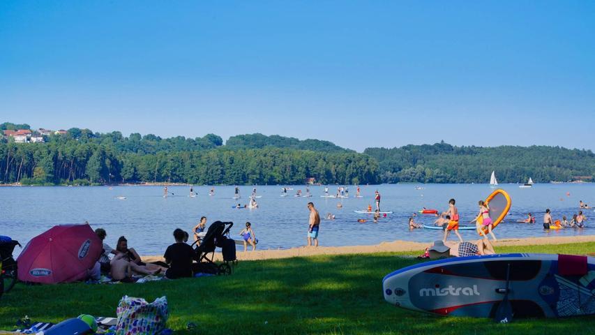 Heiß begehrt waren an diesem Wochenende die Schattenplätze. Am Langlaufer Strand am Kleinen Brombachsee gab es davon wurden die Badegäste fündig.