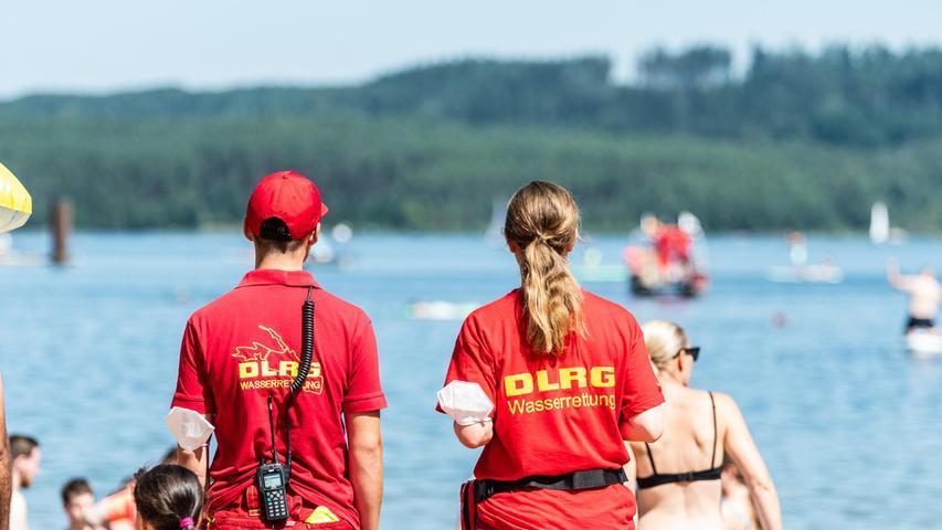 Gefordert sind an heißen Wochenendendie Einsatzkräfte von der DLRG, die das Geschehen amStrand und imWasser - wie hier am Großen Brombachsee - aufmerksam beobachten.