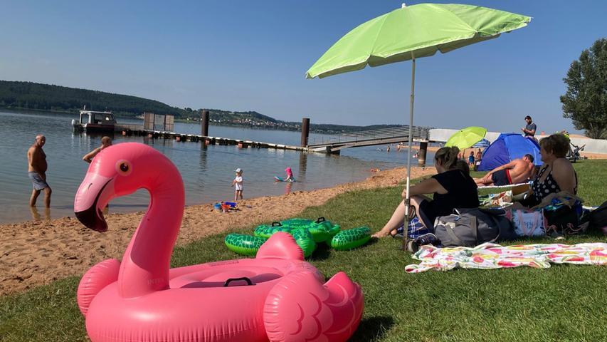 Bei einem Ausflug an den Strand darf das aufblasbare Equipment nicht fehlen. Eine Runde auf dem Wasser mit dem pinkfarbenen Flamingo macht bestimmt Spaß.