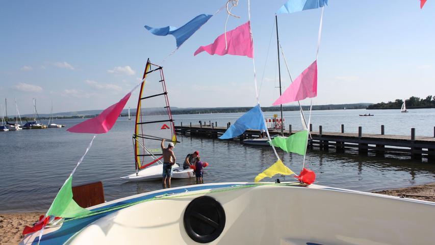 Ob Segeln, Stand-Up-Paddling oder Surfen, der Altmühlsee - hier das Seezentrum Muhr -ist ein beliebtes Ziel unter Wassersportlern.