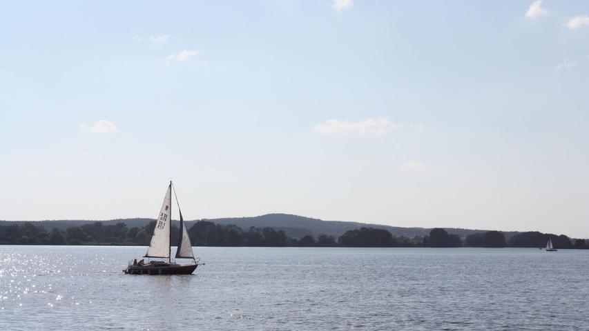 Funkelndes Wasser im Sonnenschein: Mit einem Segelboot findet sich auf dem Altmühlsee immer ein ruhiges Plätzchen.