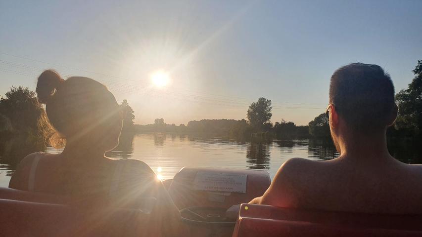 Entspannt Tretbootfahren auf dem Altmühlsee-Zuleiter bei Mörsach, das grenzt schonan Idylle pur. Und anschließende bietet sich der Einkehrschwung in den nahegelegenen Biergarten an.