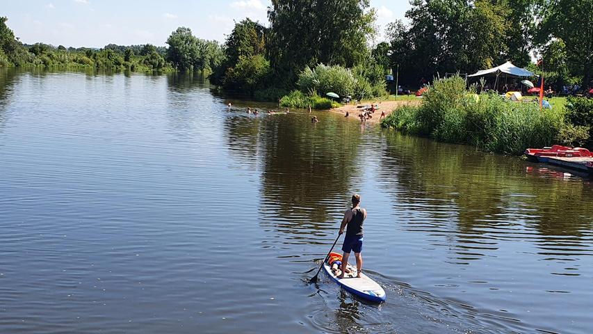 Stand-Up-Paddling wird immer beliebter. Besonders schön ist es, mit dem Board auf einem ruhigen Fluss oder eben am Altmühlseezuleiter - wie hier bei Mörsach - dahinzugleiten.